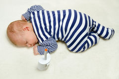 Behandla som ett barn sömnar på filten Royaltyfri Foto
