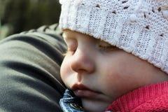 Behandla som ett barn sömnar på skuldran Royaltyfria Foton