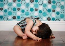 behandla som ett barn sömnigt Arkivfoto