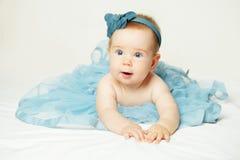 Behandla som ett barn sött lite, den gulliga lilla flickan Arkivbild
