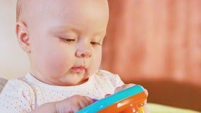 Behandla som ett barn sammanträde och att spela med en leksak stock video
