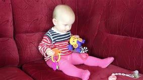 Behandla som ett barn sammanträde och att spela med leksaker arkivfilmer
