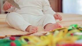 Behandla som ett barn sammanträde och att spela med leksaker lager videofilmer