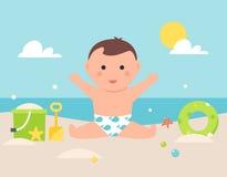 Behandla som ett barn sammanträde på Sandy Beach med leksaker och slå samman röret Royaltyfri Foto