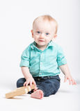Behandla som ett barn sammanträde som ler på kameran Royaltyfri Fotografi
