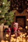 Behandla som ett barn Santa Claus firar jul Arkivbild