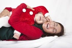 Behandla som ett barn Santa Claus som skrattar med modern Royaltyfri Foto