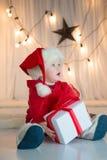 Behandla som ett barn santa med giftbox Arkivfoto