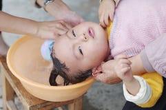 behandla som ett barn shampoo till royaltyfria foton