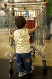 behandla som ett barn shopping Arkivfoto