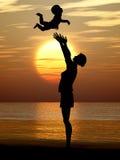 behandla som ett barn silhouettekvinnan Royaltyfria Bilder