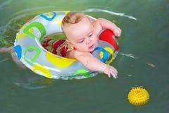 behandla som ett barn simmaren Fotografering för Bildbyråer