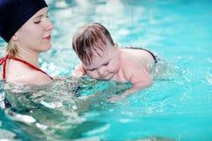 behandla som ett barn simning royaltyfria foton
