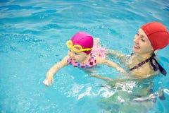 Behandla som ett barn simning Royaltyfria Bilder