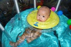 Behandla som ett barn simning royaltyfri fotografi