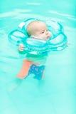Behandla som ett barn simning royaltyfri bild