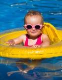Behandla som ett barn simning i en pöl fotografering för bildbyråer