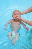 Behandla som ett barn simning i vatten Royaltyfria Bilder