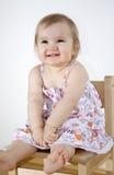 behandla som ett barn sittande le för stol Royaltyfria Bilder