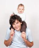 behandla som ett barn sittande white för faderhalsen Arkivbilder