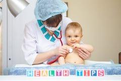 Behandla som ett barn sjukvården och behandling. Hälsorådbegrepp. Royaltyfri Foto