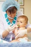 Behandla som ett barn sjukvården och behandling. Medicinsk hjälp. Injektion. Royaltyfri Bild