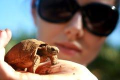 Behandla som ett barn sköldpaddan på Mauritius Royaltyfri Bild