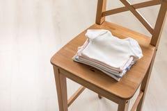Behandla som ett barn skjortor på stol Royaltyfria Foton