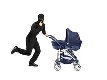 behandla som ett barn skjuta den running strolleren för rånaren fotografering för bildbyråer