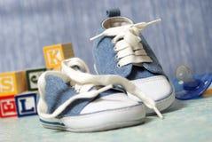 Behandla som ett barn skor Arkivbilder