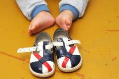 Behandla som ett barn skor för första steg Fotografering för Bildbyråer