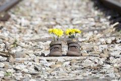Behandla som ett barn skor med gula blommor Arkivfoton