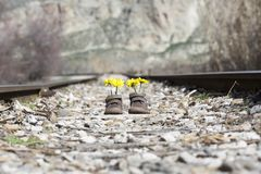 Behandla som ett barn skor med gula blommor Royaltyfria Foton