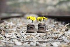 Behandla som ett barn skor med gula blommor Royaltyfria Bilder