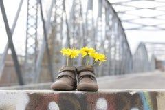Behandla som ett barn skor med gula blommor Royaltyfri Bild