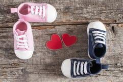 Behandla som ett barn skor på träbakgrund Royaltyfria Bilder