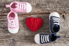 Behandla som ett barn skor på träbakgrund Royaltyfri Bild