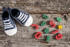Behandla som ett barn skor på träbakgrund Royaltyfri Fotografi