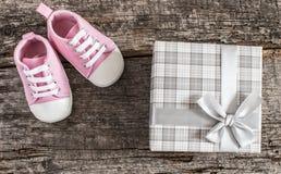 Behandla som ett barn skor på träbakgrund Arkivfoton