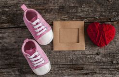 Behandla som ett barn skor på träbakgrund Fotografering för Bildbyråer