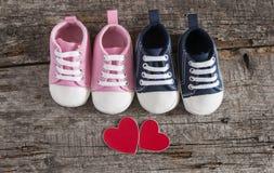 Behandla som ett barn skor på träbakgrund Royaltyfri Foto