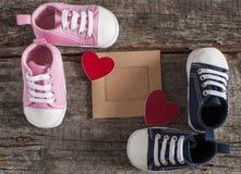 Behandla som ett barn skor på träbakgrund Arkivbilder