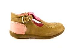 Behandla som ett barn skor som isoleras på vit bakgrundstillbehör Royaltyfri Bild