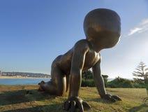 Behandla som ett barn - skulptur vid havet Royaltyfria Foton