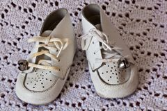 behandla som ett barn slapp white för läderskor Royaltyfria Bilder