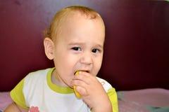 Behandla som ett barn smaka citronen Arkivbild