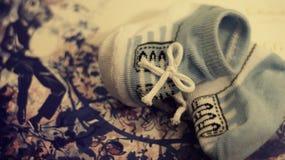 Behandla som ett barn sockor royaltyfria bilder