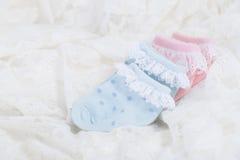 Behandla som ett barn sockor för nyfött behandla som ett barn på bröllop snör åt bakgrund Royaltyfria Foton