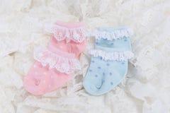 Behandla som ett barn sockor för nyfött behandla som ett barn på bröllop snör åt bakgrund Royaltyfri Foto