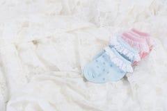 Behandla som ett barn sockor för nyfött behandla som ett barn på bröllop snör åt bakgrund Royaltyfria Bilder